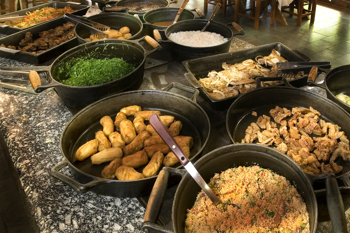 Comidas típicas da gastronomia da regional servida no fogão a lenha.