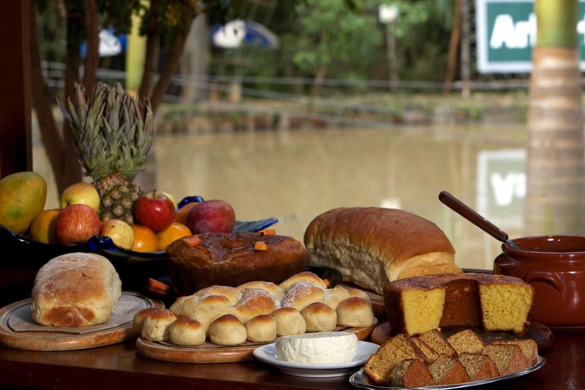 Dentre as 4 opções de refeiçoes diárias já inclusas na diária, o Café Caipira servido a tarde é um autêntico café regional com produtos da fazenda.